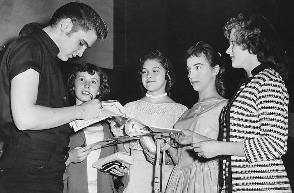 Elvis_Presley_signing_autographs_in_Minneapolis_1956_crop